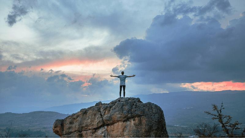 山で手を広げるイメージ
