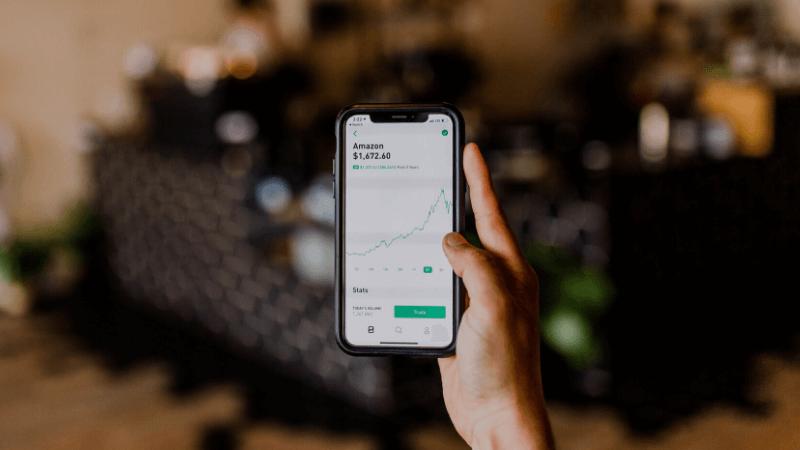 携帯で株取引のイメージ