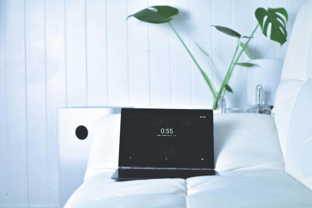 ベッドでノートパソコン