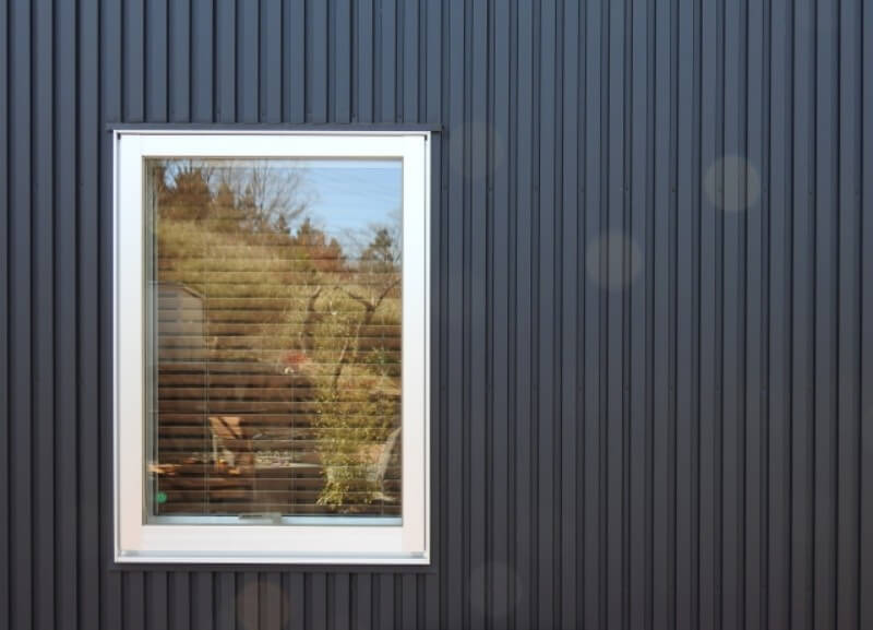 ガルバリウム合板と窓