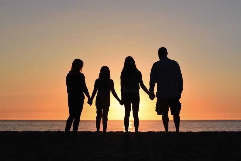 4人家族と夕日