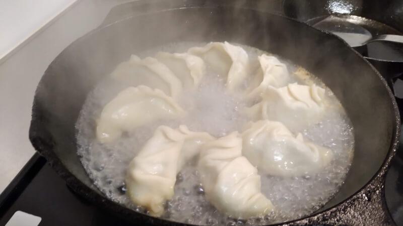 スキレットに熱湯を注ぐ