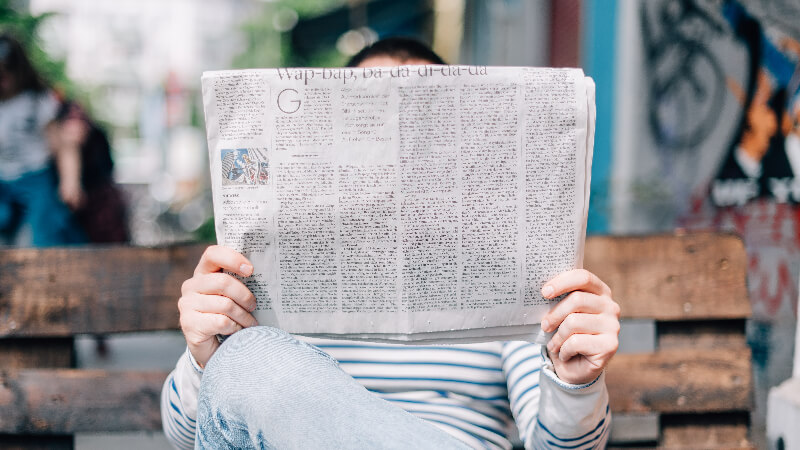 新聞を読むおじさん